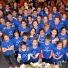 Andrés Romero entrega las cien entradas a los niños de Escacena